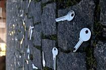 Vzpomínkové akce na listopad 1989 ve čtvrtek odstartovalo setkání stávkového výboru na harcovských kolejích a symbolické sypání klíčů v areálu liberecké univerzity.