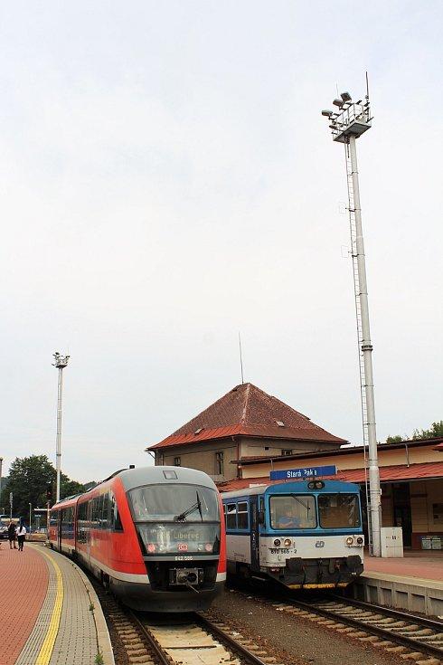 Prezentační jízda železničního dopravce Arriva na tratích v Libereckém kraji. Na snímku vlak Siemens Desiro zachycen ve stanici Stará Paka. Vedle stojí motorový vůz řady 810, společnosti České dráhy.
