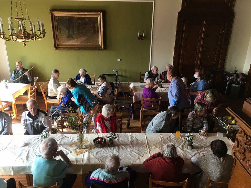 Život v domově se vrací postupně do normální doby. Opět funguje odpolední klub, tzv. kavárna.