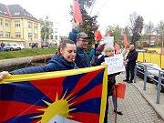 """Lidé """"vítali"""" prezidenta Miloše Zemana před krajským úřadem v Liberci s červenými kartami. Nesouhlasí s jeho postojem k vládě."""