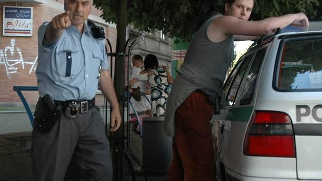 NEFOTIT! Policista zakazuje fotografovat reportérovi Deníku, jak zatýká fotografa deníku Aha Emanuela Buřánka.