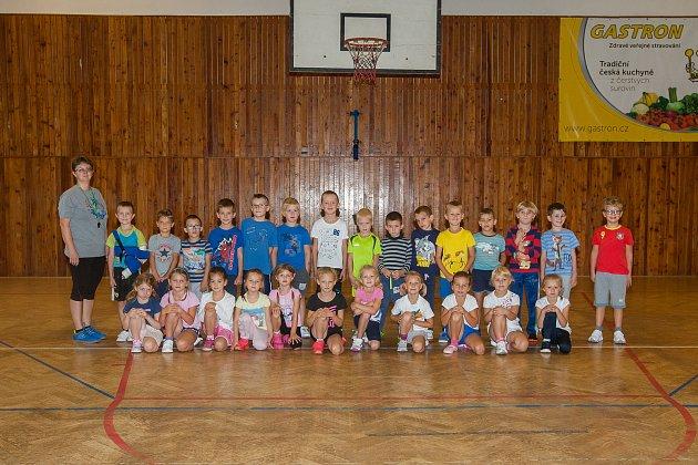 Prvňáci ze základní školy Ještědská vLiberci se fotili 13.září do projektu Naši prvňáci. Na snímku je snimi třídní učitelka Lenka Lehká.