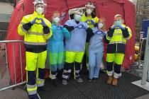 Studenti TUL při jarní vlně pandemie v triážním stanu.