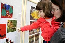 VÝSTAVA PATŘÍ KNÍŽCE PRO DĚTI. Na včerejší vernisáž přivedli někteří rodiče také své děti. Ty na obrázky reagovaly s nadšením a bezprostředně si vybíraly nejhezčí ilustrace.