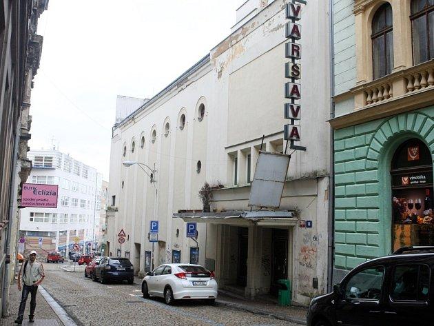 LIBEREČTÍ ZASTUPITELÉ ROZHODLI, že prodají jen část budovy kina Varšava, kde je nyní vdlouhodobém nájmu oblíbená restaurace. Výtěžek město použije na rekonstrukci kina.