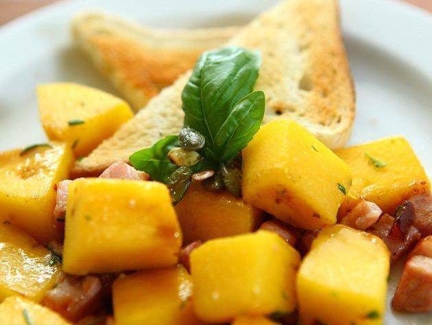 DÝNĚ. Tykev chutná na sladko ina slano. Pěstuje se mnoho druhů dýní: Hokkaido, máslová, lagenarie, žaludová, muškátová, špagetová a další. Nejchutnější je oranžová Hokkaido.