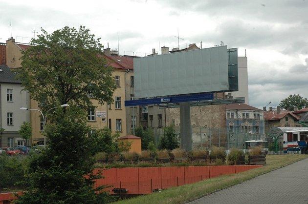 Billboard nad Libereckým tunelem v areálu autobusového nádraží.