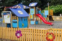 Všechna Rákosníčkova hřiště jsou stejná. Rodičům i dětem se tak  ve Frýdlantu letos naskytne podobný pohled.
