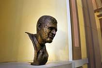 Bronzová busta herce a čestného občana Liberce Františka Peterky.