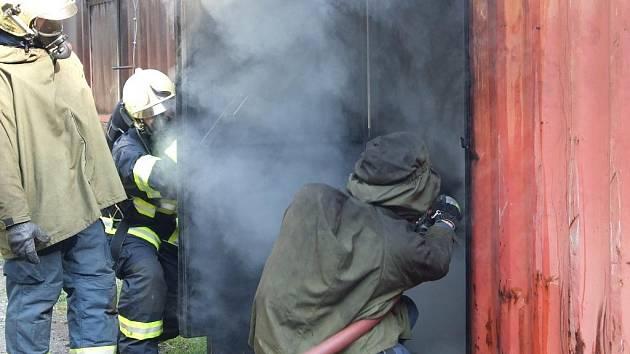 Při cvičení v Prostějově používali liberečtí hasiči speciální kontejner.