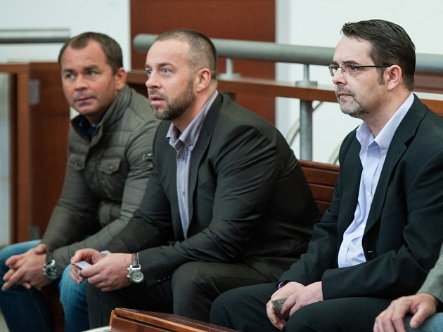 Krajský soud v Liberci řeší případ šesti mužů, kteří podle obžaloby násilím vymáhali po svém obchodním partnerovi z Liberce milion korun.