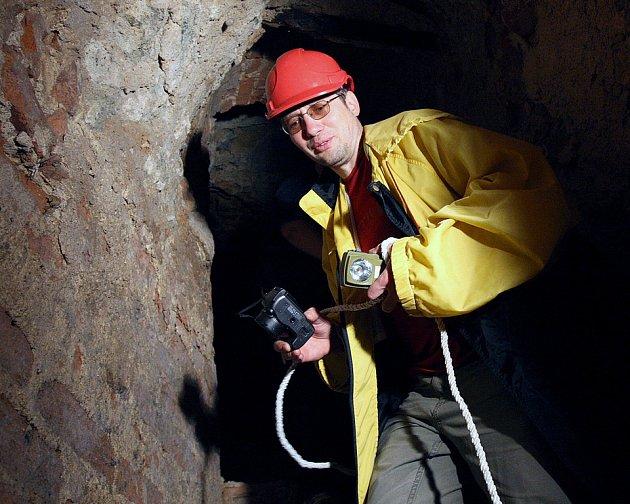 Kastelán hradu Jan Sedlák prochází chodbou, kterou odkryly nedávné archeologické průzkumy.
