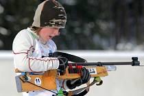 STIHNU NABÍT? Mladá biatlonistka před střelbou.