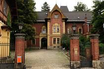 MUZEUM V ARCHITEKTONICKÉM SKVOSTU. Sídlí ve vile, která zůstala po odsunu německých obyvatel prázdná.