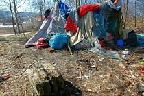 OSTUDA SÍDLIŠTĚ. Bezdomovci se usídlili blízko frekventované silnice z centra na kraji Rochlice. Místní to nesou nelibě.