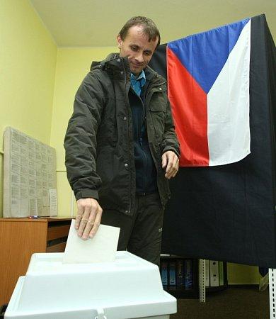 VPertolticích volil vpátek večer lídr KSČM Stanislav Mackovík.
