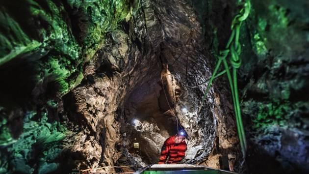 NÁVŠTĚVNÍCI Hanychovské jeskyně mohli za pomoci speleologů sestoupit na dno patnáct metrů hluboké šachty.