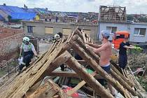 Hasiči z Libereckého kraje pomáhají na Moravě v obcích zasažených tornádem.