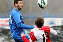 TĚŽKÁ PROHRA SLOVANU. Nejvýše je obránce Slovanu Peter Vasilko. Ale Slavia byla celkově lepší.