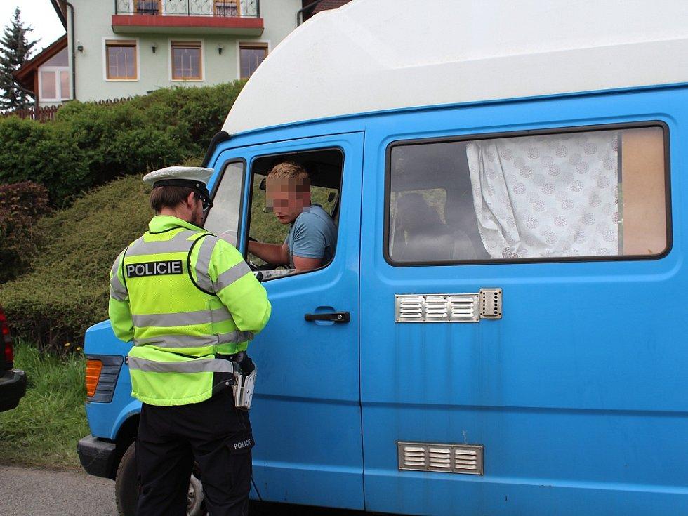 Policisté kontrolovali řidiče odjíždějící z technopárty Czarotek na okraji Liberce.