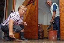 VODU ANO, BAHNO NE.  Paní Hrnčířová neuklízí svůj dům poprvé. Zažila i vyšší hladinu vody. Nikdy ale nepřišla tak rychle a nepřinesla takové množství kaolinu.