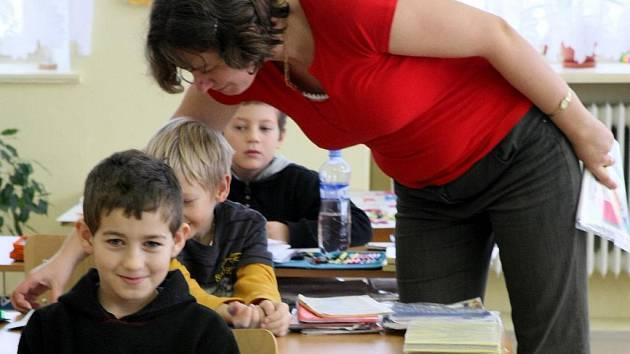 ZÁKLADNÍ ŠKOLA V BÍLÉM KOSTELE má v současné době jednu dvojtřídku a jednu trojtřídku a navštěvuje je nyní 26 dětí. Pro příští rok by se měla situace zlepšit a škola by mohla dosáhnout 35 žáků.
