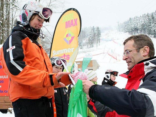 PRVNÍ VÍTĚZKA. Dominika Drozdíková z Libereckého kraje přebírá od Romana Kumpošta ocenění za první místo v obřím slalomu starších žákyň.
