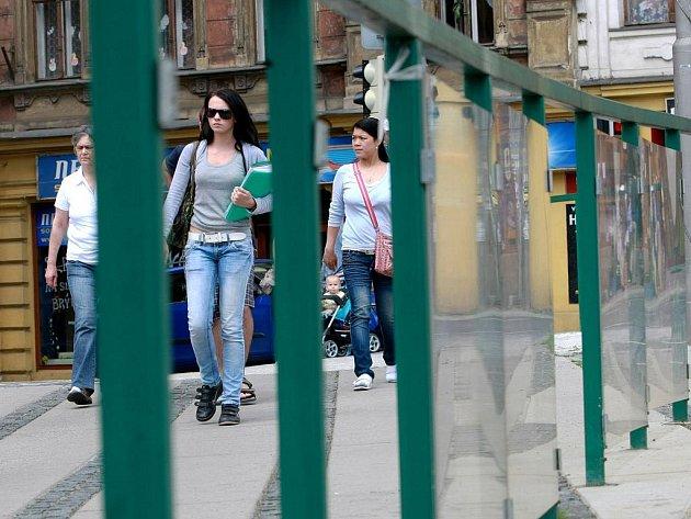 ZÁBRADLÍ JE DĚRAVÉ. V zábradlí u křižovatky na Šaldově náměstí chybí teď devět tabulí z dvaceti. Zvláště pro malé děti je toto místo nebezpečné, protože křižovatce vládne hustý provoz.
