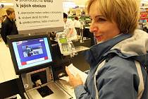 V obchodním centru Forum v prodejně potravin zavedli pro nakupující samoobslužné pokladny.