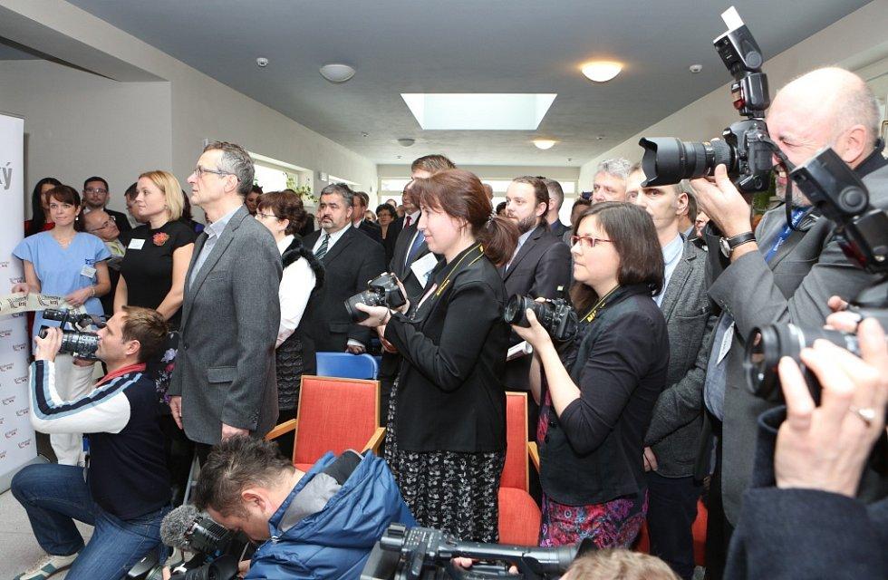 Slavnostní pásku přijel do libereckého hospice přestřihnout osobně prezident Miloš Zeman.