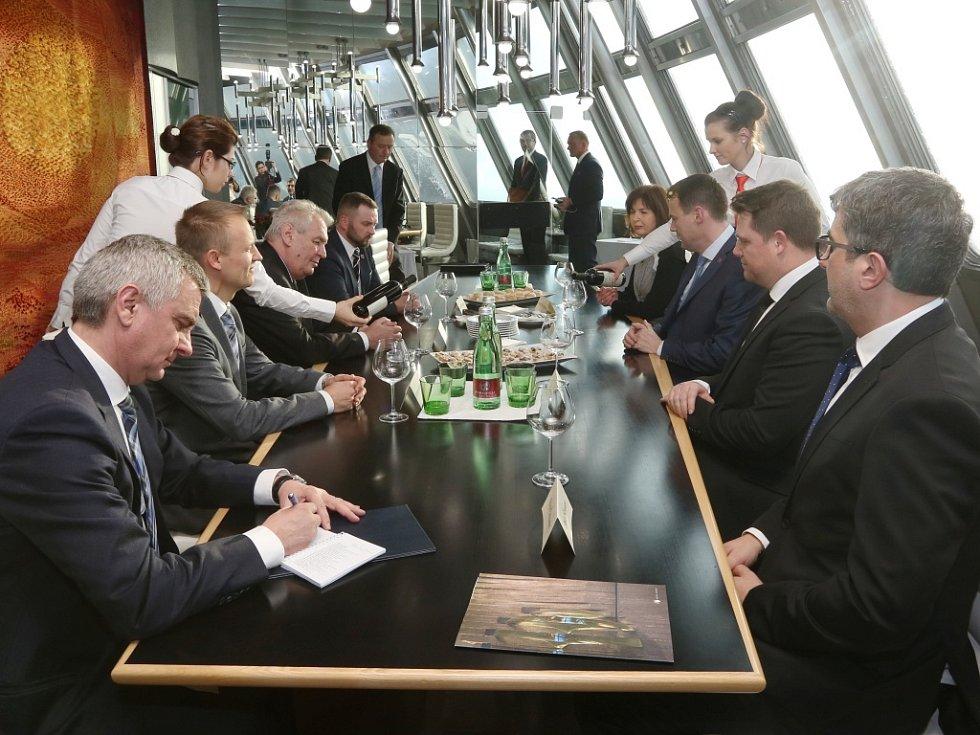 Prezident navštívil Ještěd a hovořil zde o jeho budoucnosti.