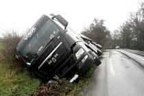 Kamion sjel na silnici mezi Zahrádkami a Českou Lípou do příkopu.