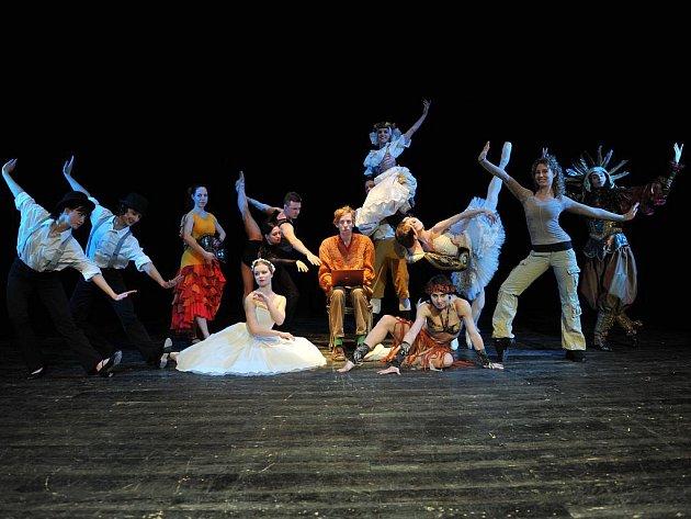 TANEC JE ŽIVOT, KTERÝ MÁ NESPOČET TVÁŘÍ. Ty nejvýraznější, včetně baletu, odkryje dnešní večer poutavou formou, prostřednictvím nevšedního představení baletního souboru divadla F. X. Šaldy na scéně Malého divadla, pod výmluvným názvem Posedlost baletem.