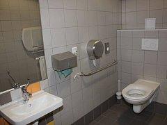 NÁDRAŽÍ v Turnově má po letech fungující veřejné WC. Město na ně přispívá soukromé firmě.