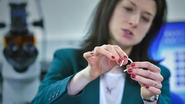 JANA HORÁKOVÁ z vědeckého týmu ukazuje umělou cévu.