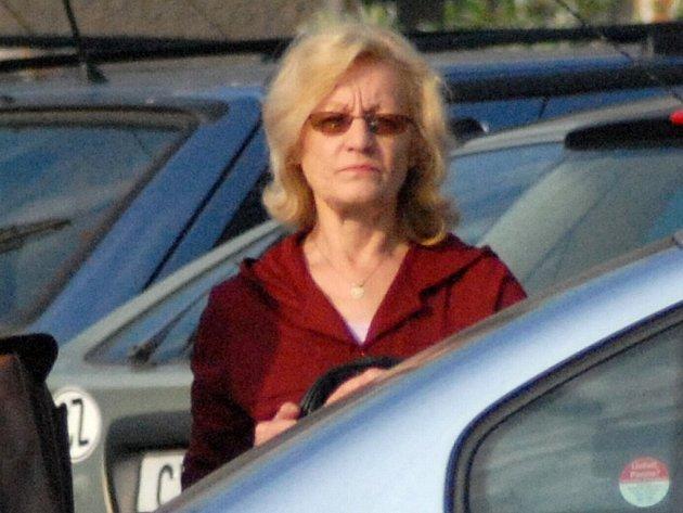 ÚNOSCE SE ZASTŘELIL. K soudu chodí pouze Marcela Linhartová. Její druh spáchal sebevraždu.