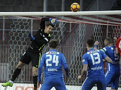 Liberecký brankář Martin Dúbravka zasahuje při utkání fotbalové ligy v Brně.