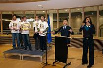 Slavnostního vyhlášení se v sídle Evropské komise zúčastnili všichni členové vítězného týmu.F.Menšl, M. Marek, J. Kadlec a A. Jíšová v doprovodu J. Zenkla. Ceny převzali z rukou italského eurokomisaře amístopředsedy Evropské komise Franca Frattiniho.