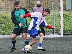 FC ZJEBŠUK TEAM STOLSPOL 2:4. Hráč Stolspolu je v tmavém a jeho tým okupuje druhou příčku.