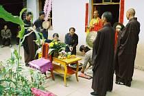 BUDDHISTICKÝ OBŘAD za zemřelého. Čína, Gansu 2005.