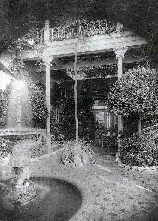 Domov se nachází v zámeckém areálu, který nechal v letech v letech 1873 – 1874 vybudovat českodubský textilní průmyslník  Franz Schmitt.