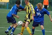 RUPRECHTICE NESTAČILY. V derby fotbalové I. A třídy prohrály U Nisy s postupujícími Vratislavicemi 0:5. V souboji o míč je vlevo ruprechtický Dlabola a hostující Čermák.