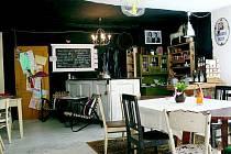 JAZZOVÁ OSVĚŽOVNA ve Frýdlantu vznikla na stejném místě, na kterém donedávna fungovala místní čajovna. Kousek od náměstí, na dohled od kostela a řeky, se v přízemí starého domu nachází útulná kavárna, která je nekuřácká.