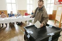 VOLEBNÍ MÍSTNOSTI SE OTEVÍRAJÍ. Dnes je první den voleb do Poslanecké sněmovny. Volit mohou lidé přijít až do 22.00 hodin. Zítra se volební místnosti otevřou v 8.00 hodin.