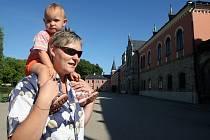 Jednou z nejnavštěvovanějších památek v Libereckém kraji je státní zámek Sychrov. Na snímku Vlasta Hudcová s dcerou Nelou.