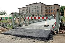 PŘES ČTYŘICET METRŮ dlouhý most loni přes Jeřici vybudovala armáda. Na počátku minulého týdne ale musel být kvůli poškození uzavřen. Během včerejška jej pak nahradil nový most.