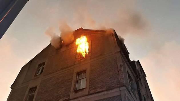 Požár bytového domu v Liberci ve Vojanově ulici.