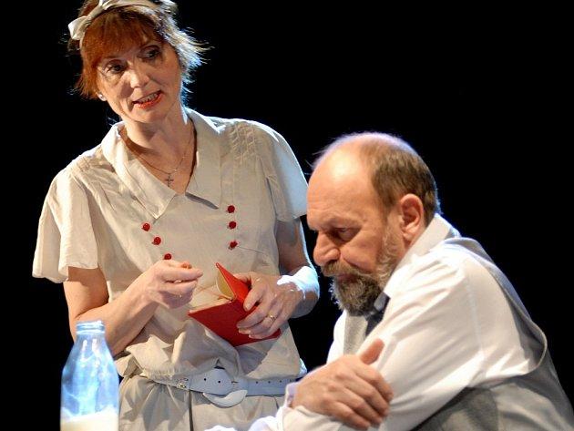 Obchodní cestující Willy Loman (Václav Helšus) prožívá krizi nejen v práci, ale také ve své rodině. Jeho ženu Lindu hraje v inscenaci Štěpánka Prýmková.