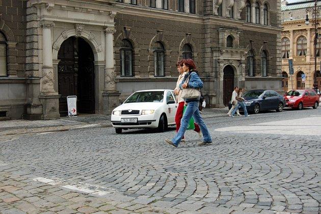 U RADNICE. Chodci dělají ze silnice pěší zónu.