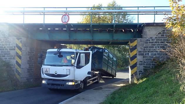 Nákladní vůz se v Raspenavě nevešel pod most.